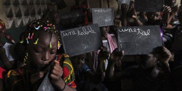 Des écolières qui font l'apprentissage du français à Abidjan.