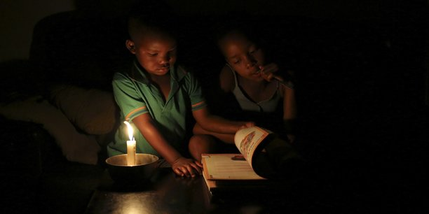 Quand l'électricité fait défaut, il ne reste souvent que la bougie comme alternative d'éclairage, notamment pour les enfants qui doivent faire leur devoirs.