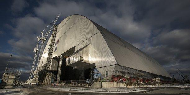 L'installation de cette arche d'un coût total de 1,5 milliard d'euros, qui est décrite par la Berd comme la plus grande structure terrestre mobile, a été finalisée en tout juste deux semaines.