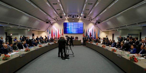 Les 14 pays membre de l'Opep ont réussi à trouver un accord, le premier depuis 2008, pour réduire leur production de 1,2 million de barils par jour (mbj) pour la ramener à 32,5  mbj.