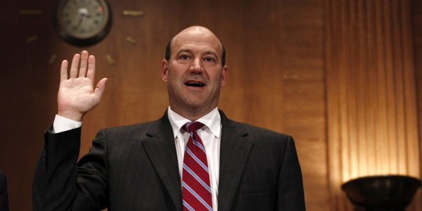 A 56 ans, Cohn, un ancien trader spécialiste des matières premières qui a rejoint Goldman en 1990 et actuel numéro deux, était pressenti pour succéder au directeur général de la banque d'affaires, Lloyd C. Blankfein. (Photo : le 30 juin 2010, à Capitol Hill (Washington), Gary Cohn, COO de Goldman Sachs, jure de dire toute la vérité avant de répondre aux questions de la Commission d'enquête sur la crise financière de 2008.)