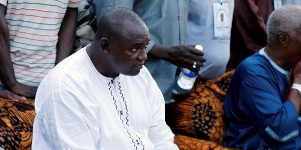Adama Barrow, candidat unique de l'opposition se présente face à un Jammeh en position délicate.