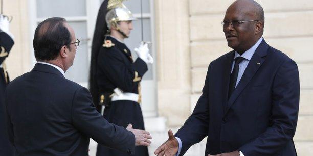 Le président burkinabé, Roch Marc Kaboré accueilli à l'Elysée par le chef de l'Etat français, François Hollande lors de sa visite en avril 2016