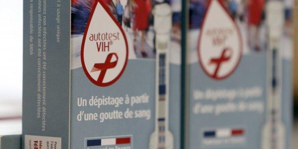 Ce kit de dépistage rapide a été conçu par la société française AAZ avec des experts de la lutte contre le virus. Il est commercialisé par le groupe pharmaceutique américain spécialiste des médicaments génériques Mylan.
