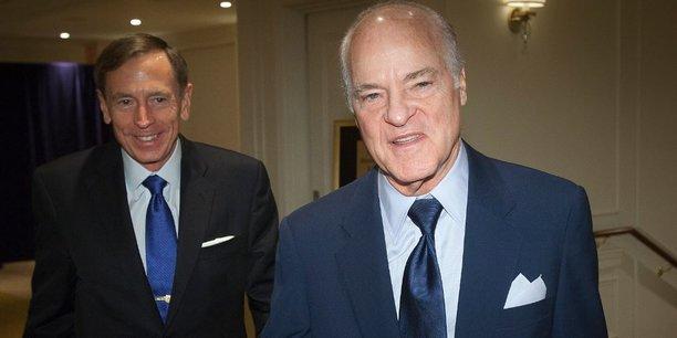Henry Kravis, à droite, cofondateur du fonds KKR, avec l'ancien directeur de la CIA, David Petraeus, le président du KKR Global Institute, pressenti par Trump pour devenir le chef de la diplomatie américaine.