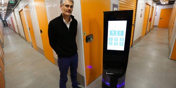 Nicolas de Roquette, fondateur de Wyca et son robot Keylo.