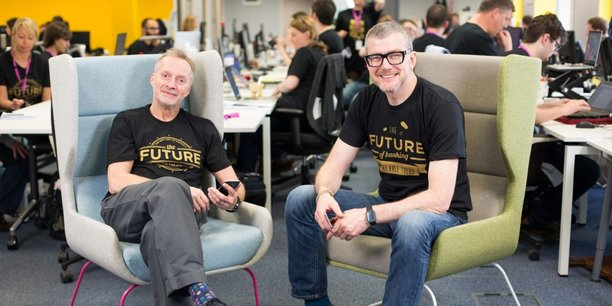 Anthony Thompson, cofondateur et président, et Mark Mullen, cofondateur et directeur général d'Atom Bank, banque fonctionnant uniquement depuis une application mobile.