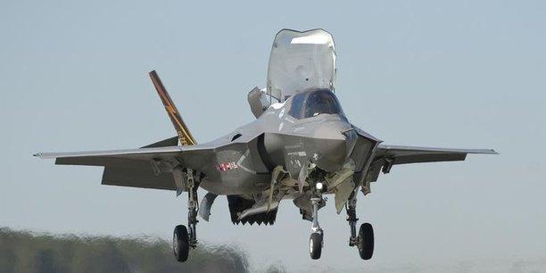Lancé au début des années 1990, le programme F-35 est le plus cher des programmes d'armement de l'histoire militaire américaine, avec un coût estimé au total à près de 400 milliards de dollars pour le Pentagone.