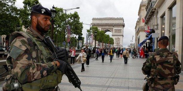 L'an dernier, un mois après les attentats du 13 novembre à Paris et Saint-Denis, quelque 120.000 policiers, gendarmes et militaires avaient été mobilisés les 24 et 25 décembre pour assurer la sécurité des festivités.
