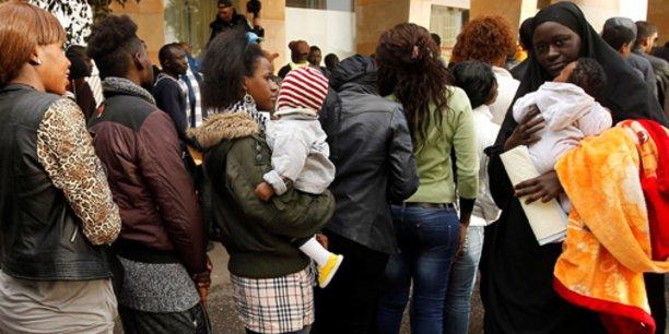 À Rabat, à la mi-décembre, des migrants africains en situation irrégulière attendant de se faire enregistrer pour bénéficier de la campagne de régularisation ouverte par les autorités marocaines.