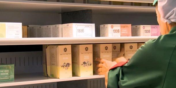 Le thé 1336 est fabriqué près de Marseille par la coopérative des ex-Fralib qui l'ont baptisé ainsi en référence à leurs 1.336 jours de lutte contre Unilever.