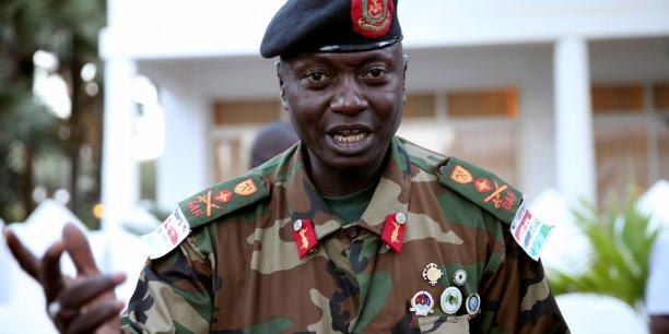 Le chef de l'armée gambienne Ousman Badjie, arborant des badges à la gloire de Jammeh sur son uniforme