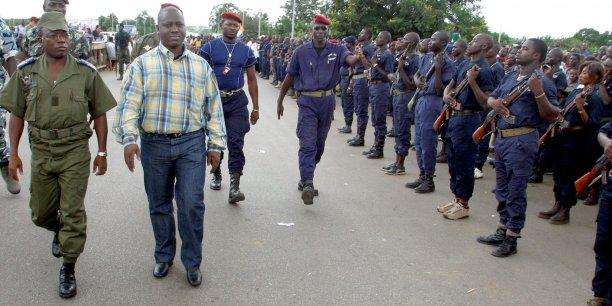 Guillaume Soro (en civil) passant en revue un détachement de troupes rebelles, le 20 septembre 2003 à Bouaké.