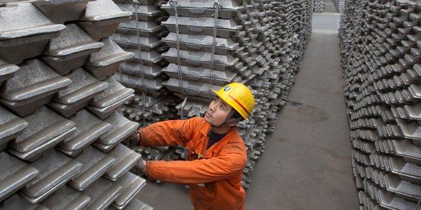 Un employé vérifie les stocks d'aluminium destinés à l'export, dans le port de Qingdao (province du Shandong).