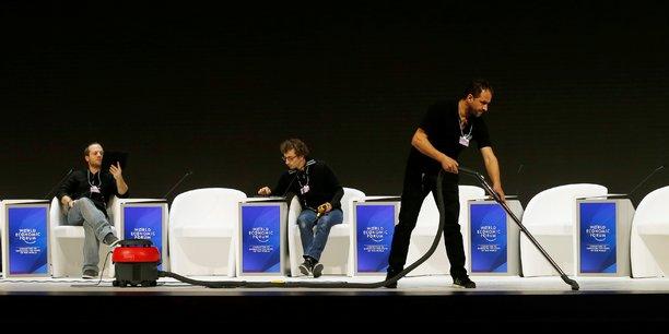Le personnel s'active dimanche 15 janvier, deux jours avant l'ouverture du World Economic Forum à Davos, en Suisse.