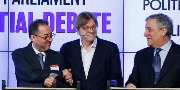 Guy Verhofstadt (serrant la main à Gianni Pittella, autre candidat à la présidence) s'est rallié à un Berlusconien, Antonio Tajani (à droite sur la photo prise le 11 janvier 2017, lors d'un débat organisé par le site d'information américain Politico à Bruxelles).