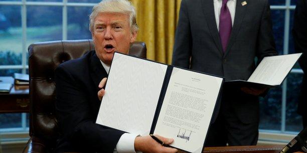 Donald Trump exhibe le document retirant les Etats-Unis du TPP, lundi 23 janvier.