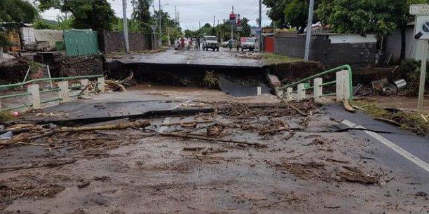 De nombreuses routes sont toujours impraticables à cause des éboulements et des crues, les sols étant gorgés d'eau.
