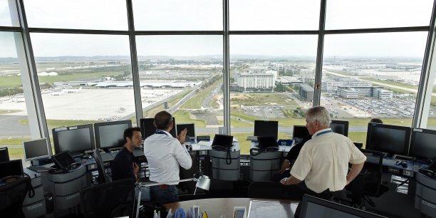 Du côté des syndicats de contrôleurs aériens, si certains comme la CGT et l'UNSA (20% des voix chacun) sont hostiles à une application de la loi Diard pour les aiguilleurs du ciel, le plus important d'entre eux, le SNCTA (50% des voix), se montre au contraire ouvert. (Photo : dans la tour de contrôle de l'aéroport Roissy Charles-de-Gaulle, en septembre 2014)