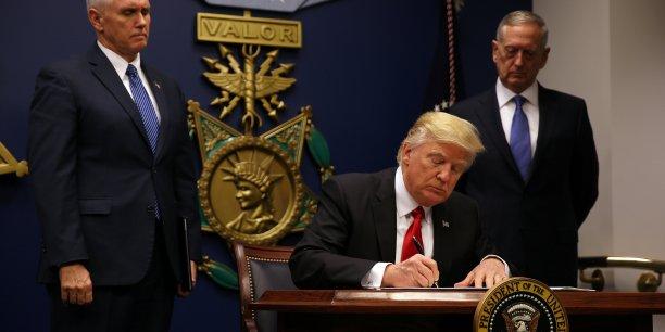 Donald Trump a signé vendredi soir un décret suspendant pendant quatre mois le programme d'admission de réfugiés aux Etats-Unis et interdisant temporairement l'accès au territoire américain aux visiteurs venant de sept autres pays à majorité musulmane.