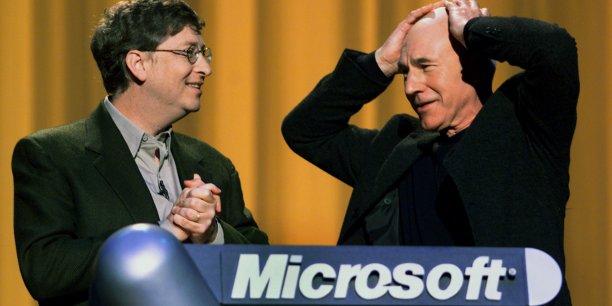 Le 17 février 2000, l'acteur britannique Patrick Stewart (Star Trek, X-Men...), invité de la keynote du patron de Microsoft, Bill Gates (à gauche), réagit à l'annonce du lancement pléthorique des différentes versions de Windows 2000 (Professional, Server...) tout autour du monde (dans 60 pays, et en 106 langues). Un mois après, toutes les sociétés du Nasdaq notamment vont encaisser des pertes abyssales.