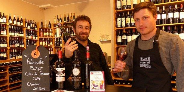 A droite, Damien Lorteau, Château Les Vieux Moulins, fait déguster son vin à l'occasion de l'événement Blaye au comptoir.