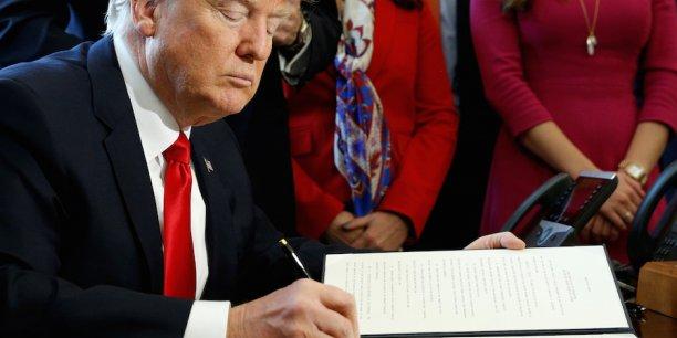 Aujourd'hui, nous signons les principes fondamentaux de la réglementation du système financier américain, a déclaré Donald Trump depuis le Bureau ovale. Difficile de faire un truc plus important que ça, hein ?, a-t-il ajouté.