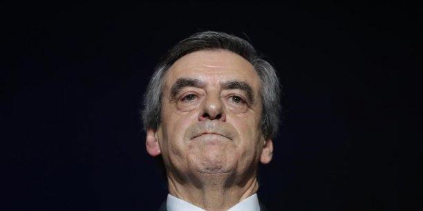 Le candidat de la droite François Fillon paie les accusations sur l'emploi fictif de sa femme.