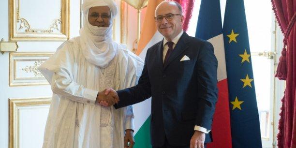 Le premier ministre nigérien Brigi Rafini et son homologue français Bernard Cazeneuve.