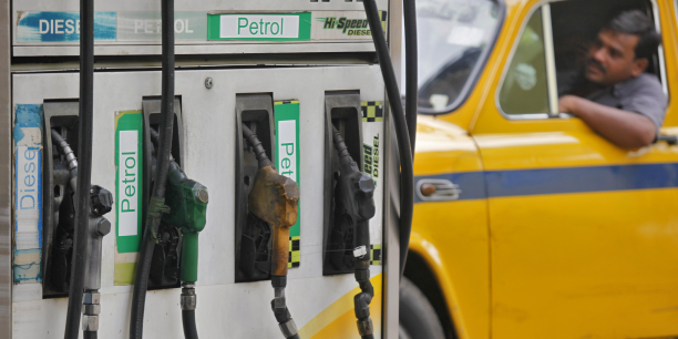 L'Inde importe 50% de son gaz et au moins 80% de son pétrole depuis l'étranger, rendant ses finances publiques très dépendantes des fluctuations des prix du pétrole. Un taxi en attente de faire le plein à une station-service à Calcutta, la plus grande métropole de l'est de l'Inde.