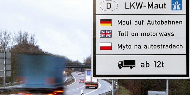Le projet de loi allemand sur les péages, soutenu par la Commission, soulève l'opposition d'une majorité des 751 eurodéputés. En vertu de celui-ci, les conducteurs devraient payer des tarifs différents en fonction du nombre de jours passés sur les routes du pays. Or les automobilistes immatriculés en Allemagne pourront être remboursés de ces frais, mais pas les autres.