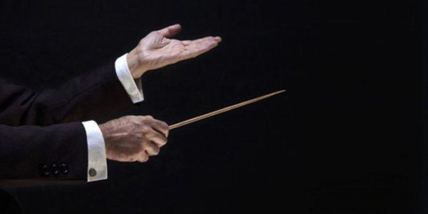 On peut ainsi se demander à quoi sert le chef d'orchestre ? Il se distingue premièrement du reste de l'orchestre en ce qu'il ne dispose pas d'instrument, il joue indirectement. Se pose ensuite la question, dans ce contexte, de la responsabilité de celui-ci. En effet, qui est en cause si une fausse note est produite lors d'un concert ?