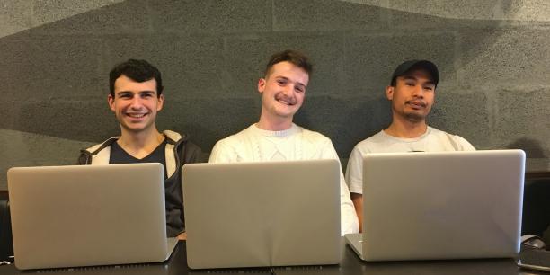Louis Delavaux, Tristan Berthouin et Maxime Girard (de gauche à droite) font partie de la startup Facebots qui a lancé un nouvel outil pour s'informer sur les horaires de passage des trams.
