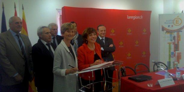 Au premier plan, de g. à d., Armande Le Pellenc Muller et Carole Delga. Elle sont entourée des six représentants des partenaires sociaux et du directeur de la Direccte.