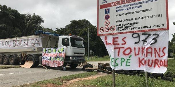 Les syndicats guyanais ont appelé à la grève générale à compter du 27 mars. Ce mouvement de protestation regroupe pèle-mêle des salariés d'EDF, des collectifs contre l'insécurité, un collectif dénonçant l'insuffisance de l'offre de soins et les retards structurels en matière de santé, ou encore des socio-professionnels et des transporteurs.