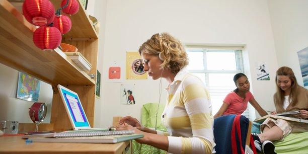 La colocation ne séduit plus uniquement les étudiants, son faible coût attire désormais de nombreux salariés... Et même des retraités !