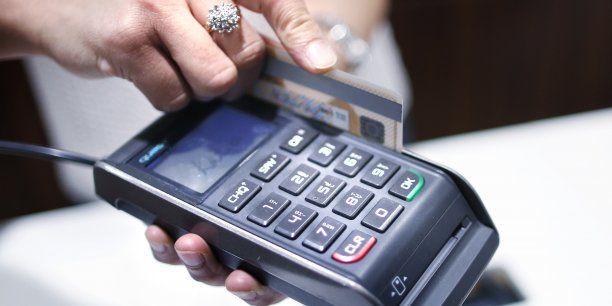 Les commerçants peuvent accorder un rabais pour un paiement en liquide, ce qui revient financièrement au même, mais n'expose pas les banques.