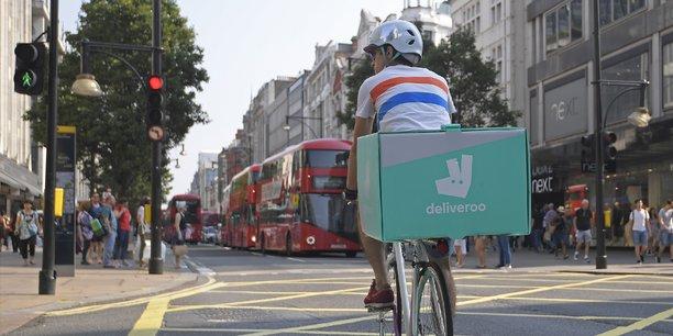 Deliveroo, société britannique de livraisons de repas à domicile, embauche près de 1.000 employés à temps plein et recours à 15.000 coursiers auto-entrepreneurs au Royaume-Uni.