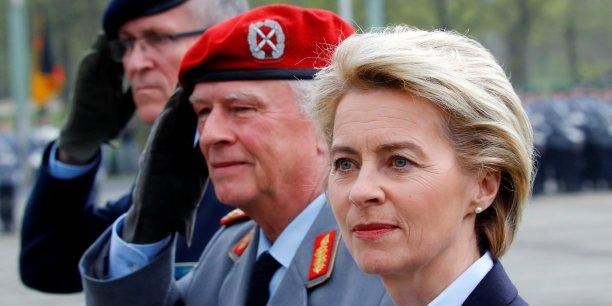Le 5 avril 2017, Ursula von der Leyen, ministre de la Défense de l'Allemagne, a inauguré le tout nouveau cyber commandement militaire : le Kommando Cyber-und Informationsraum (commandement  pour l'espace informationnel et informatique, KdoCIR en abrégé). Elle est accompagnée par le chef d'état-major de cette nouvelle unité high-tech, Ludwig Leinhos (béret noir, extrême gauche), et par Volker Wieker (au centre), chef d'état-major des forces armées allemandes (Bundeswehr).