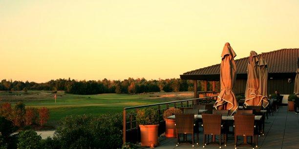 L'hôtel a été construit en plein parcours mais accueille aussi non golfeurs et séminaires d'entreprises.