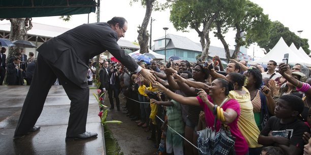 François Hollande (ici accueilli chaleureusement à Mana, lors de sa visite des 14 et 15 décembre 2013 en Guyane) se dit prêt à recevoir à Paris les parlementaires pour résoudre la crise en Guyane. Les routes sont toujours bloquées dans le département français.