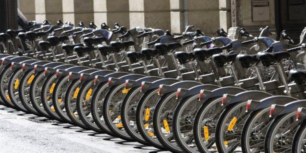 Le système Vélib', actuellement composé de 1.800 stations et plus de 20.000 vélos, et attribué en 2007 pour la première fois à JCDecaux, fait l'objet d'un renouvellement de marché qui entrera en vigueur en janvier 2018, pour 15 ans.