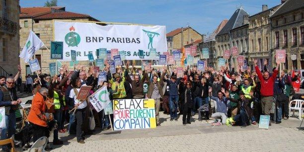 Le comité de soutien à Florent Compain, le président des Amis de la Terre, qui comparaissait ce mardi à Bar-le-Duc pour vol en réunion de chaises dans une agence de la BNP à Nancy en 2015.