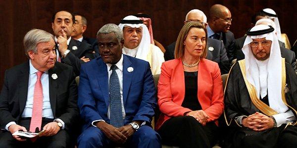 De g. à d. : le secrétaire général des Nations Unies, Antonio Guterres, le président de la Commission de l'Union africaine, Moussa Faki Mahamat, le chef de la politique étrangère de l'Union européenne Federica Mogherini et le secrétaire général de l'Organisation de la coopération islamique Yousef bin Ahmad Al-Othaimeen, lors du 28e Sommet de la Ligue arabe, en Jordanie, le 29 mars 2017.