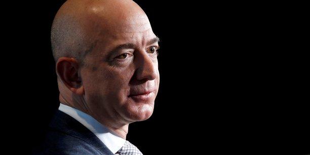 Amazon, crée en 1994 par Jeff Bezos, employait 341.400 salariés à temps plein en 2016.