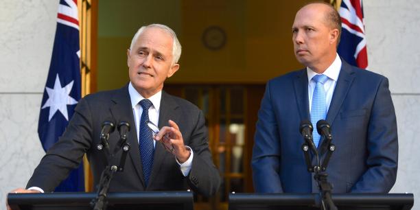 Le Premier ministre australien Malcolm Turnbull, en compagnie de son ministre de l'immigration Peter Dutton, mardi 18 avril, à Canberra.