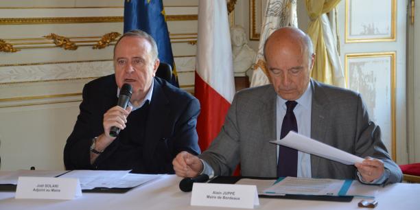 Joël Solari et Alain Juppé présentent le premier Adaptathon bordelais.