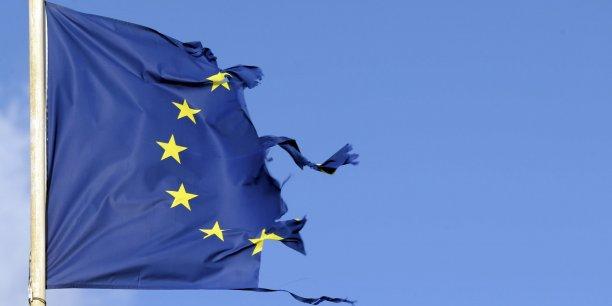 L'eurodéputé et vice-président du FN, Florian Philippot a surenchéri après le geste de Marine Le Pen, qualifiant le drapeau européen de « torchon » sur les réseaux sociaux.