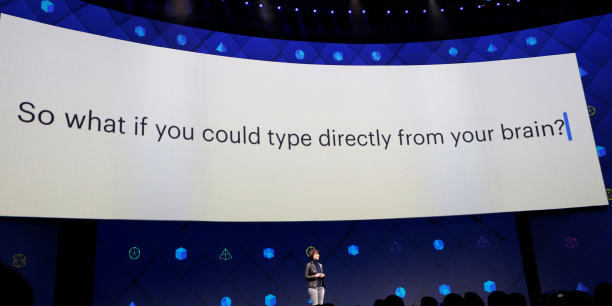Regina Dugan, responsable du laboratoire Facebook Building 8, présentait le projet de capteurs du réseau social lors de sa conférence annuelle, qui se déroulait le 18 et 19 avril 2017 à San José (Californie).
