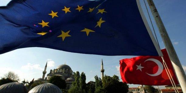 De nombreux eurodéputés ont fait part de leurs préoccupations concernant la façon dont le référendum turc, qui soutenait l'extension des pouvoirs présidentiels, a été organisé. Ils ont qualifié ce référendum d'« injuste ». D'après eux, il est temps de réévaluer les relations entre l'UE et la Turquie et d'ouvrir un nouveau chapitre.